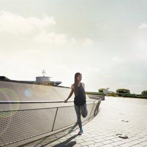 Frau dehnt sich im Rahmen eines Fitnesstrainings von Neonorth in Stuttgart